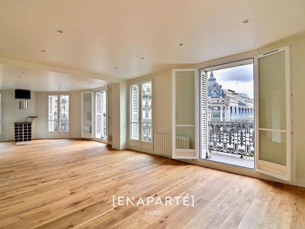 75004 Paris-Fenêtres en bois, couleur blanche